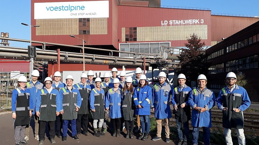 Group picture of the i3upgrade consortium in front of voestalpines steel works in Linz